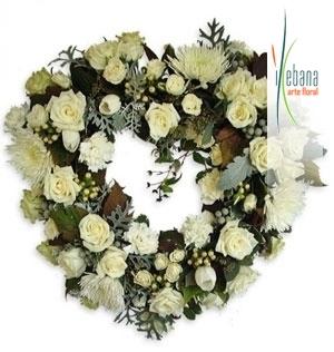 Centro de Corazon de flor variada funeral