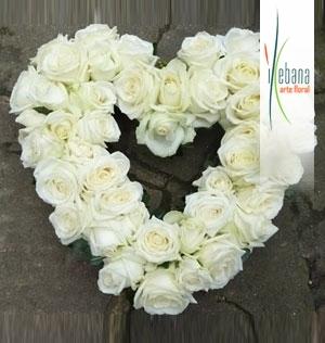 Centro de Corazon de rosas blancas funeral