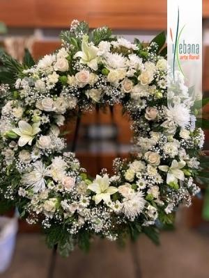 Corona de flor fresca y rosas