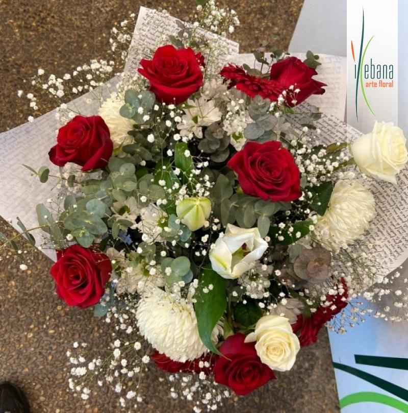 Ramo de rosas con flor blanca